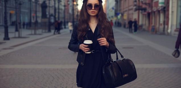 kobieta w modnym płaszczu