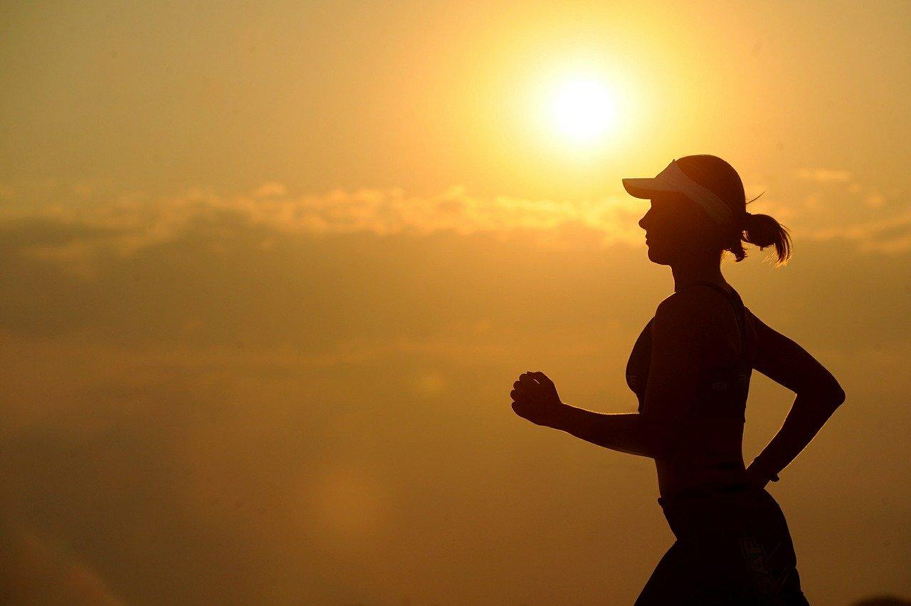 wyprostowana kobieta biega